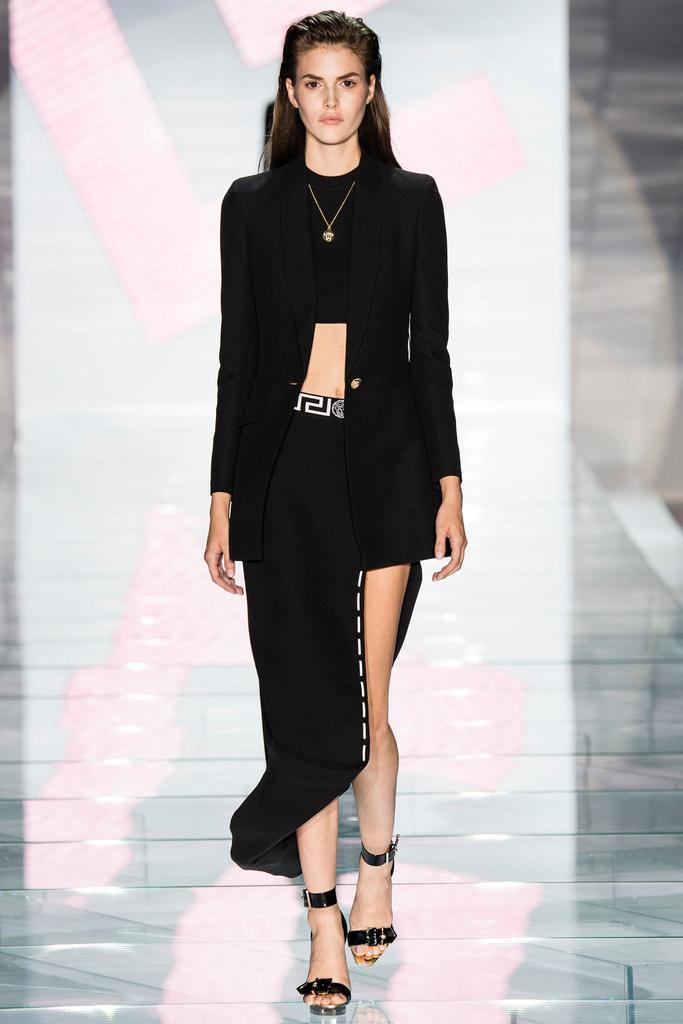 Главным мотивом коллекции стал символ бренда Versace – Медуза Горгона