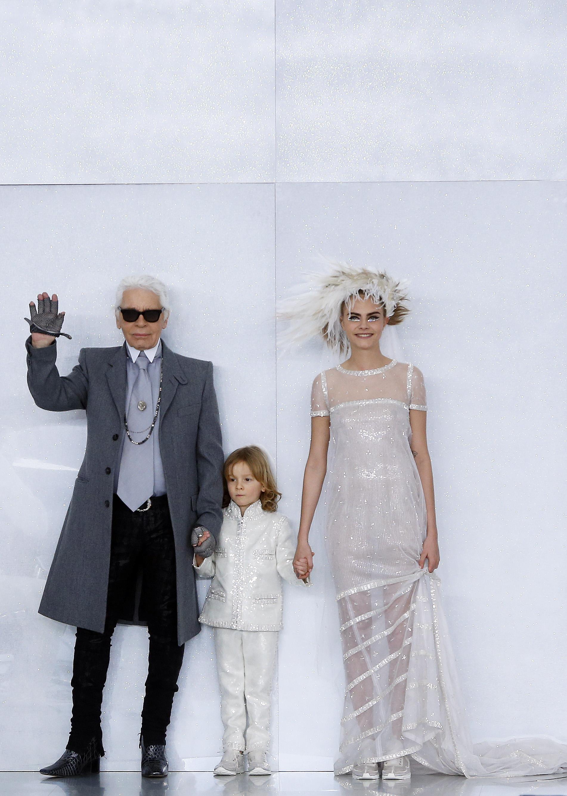 Дизайнер Карл Лагерфельд и модель Кара Делевинь закрывают кутюрный показ Chanel весна-лето 2014