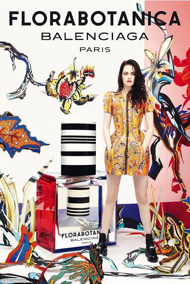 Кристен Стюарт стала лицом аромата Florabotanica в 2012 году и на первых рекламных снимках позировала в ярком платье и грубых ботинках