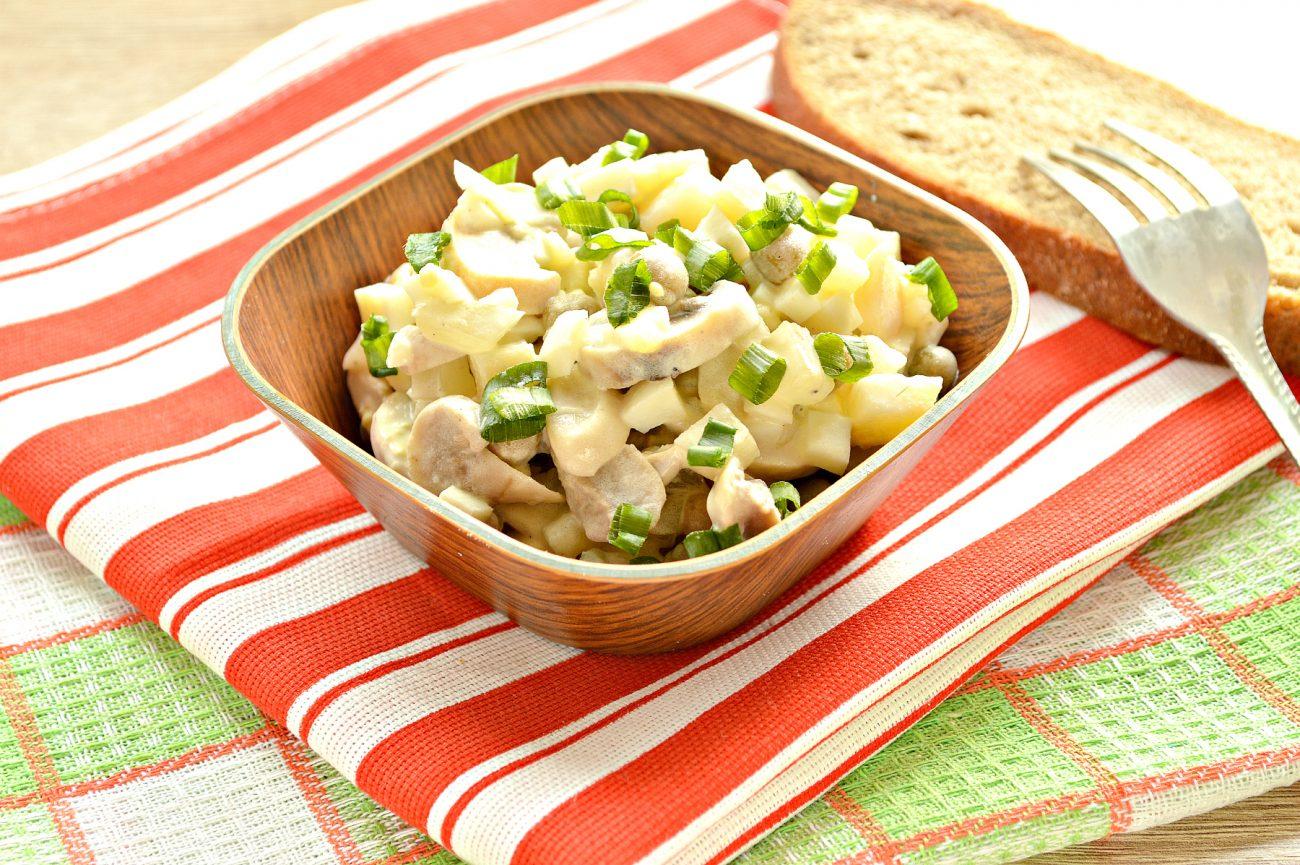 Салат с картофелем, грибами и капустой