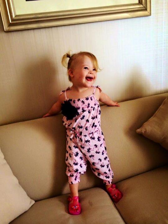 Маленький ангел: Девочка с синдромом Дауна стала звездой Сети