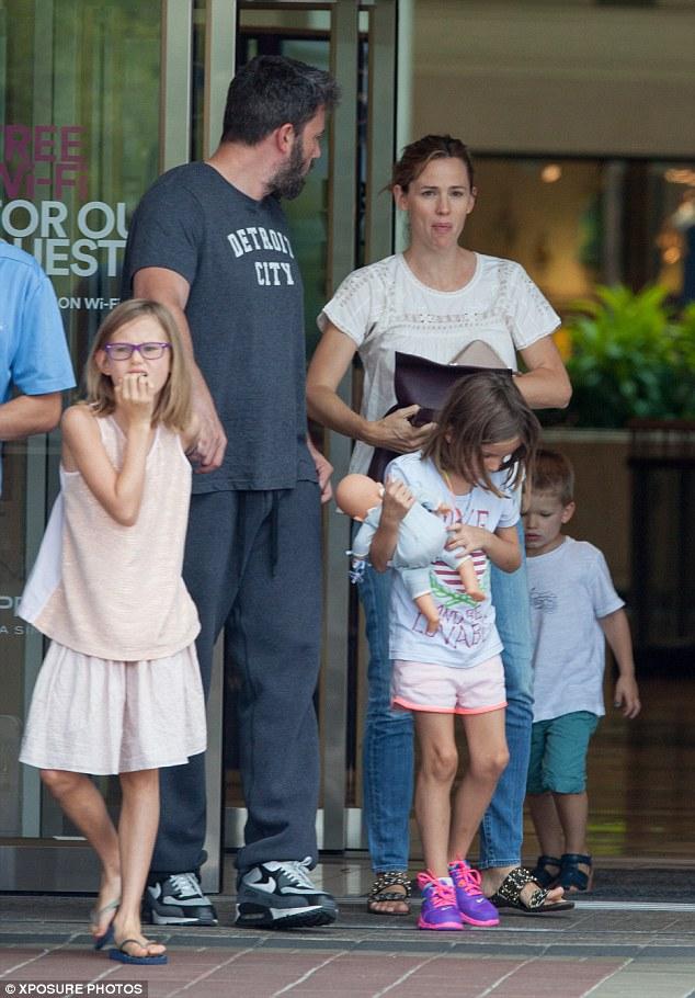 Бен Аффлек отметил день рождения с бывшей женой и детьми
