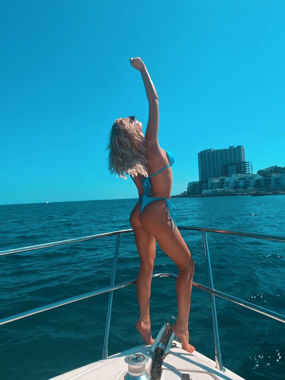 Миша Романова показала идеальную форму в бикини