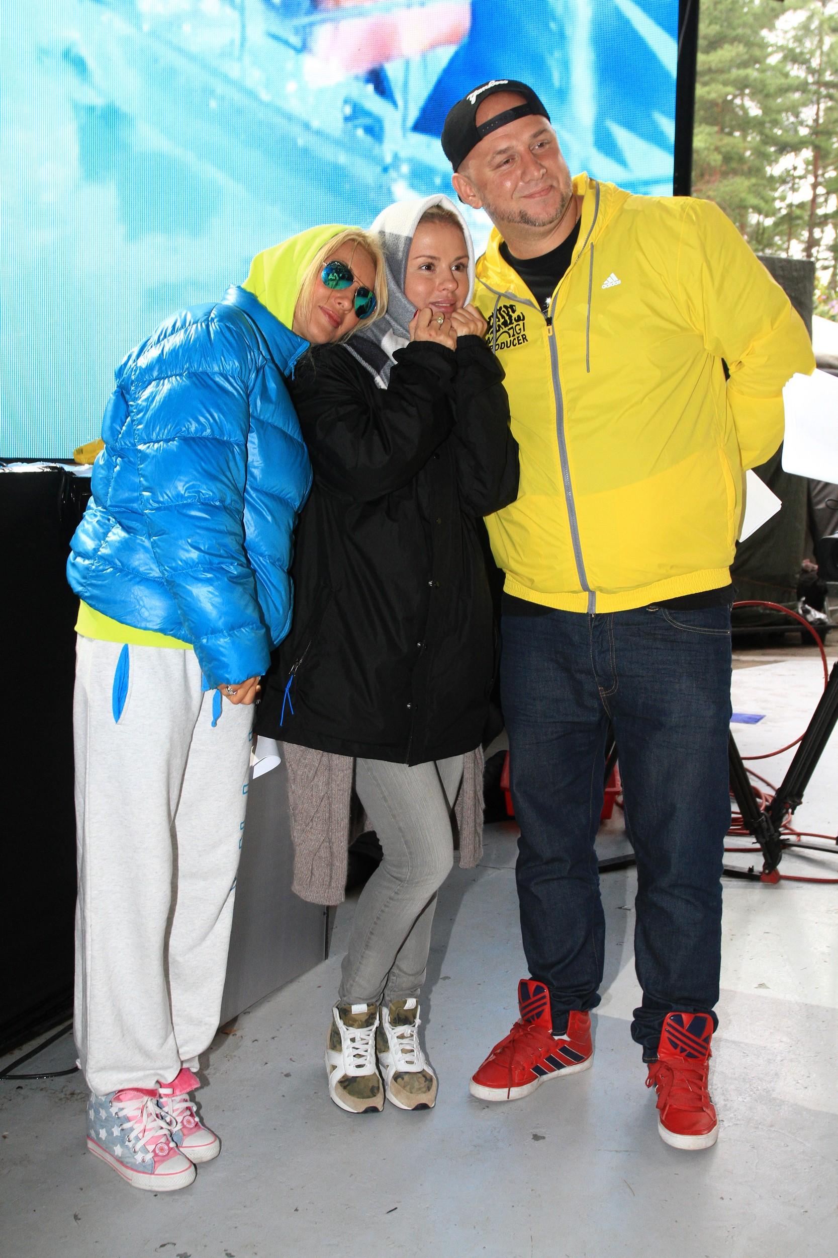 Больше всех на Новой волне мерзнут ведущая Лера Кудрявцева, певица Анна Семенович и Потап (слева направо)