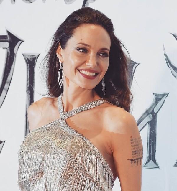 В Сеть слили первые фото Джоли в образе светловолосой супергероини Тены