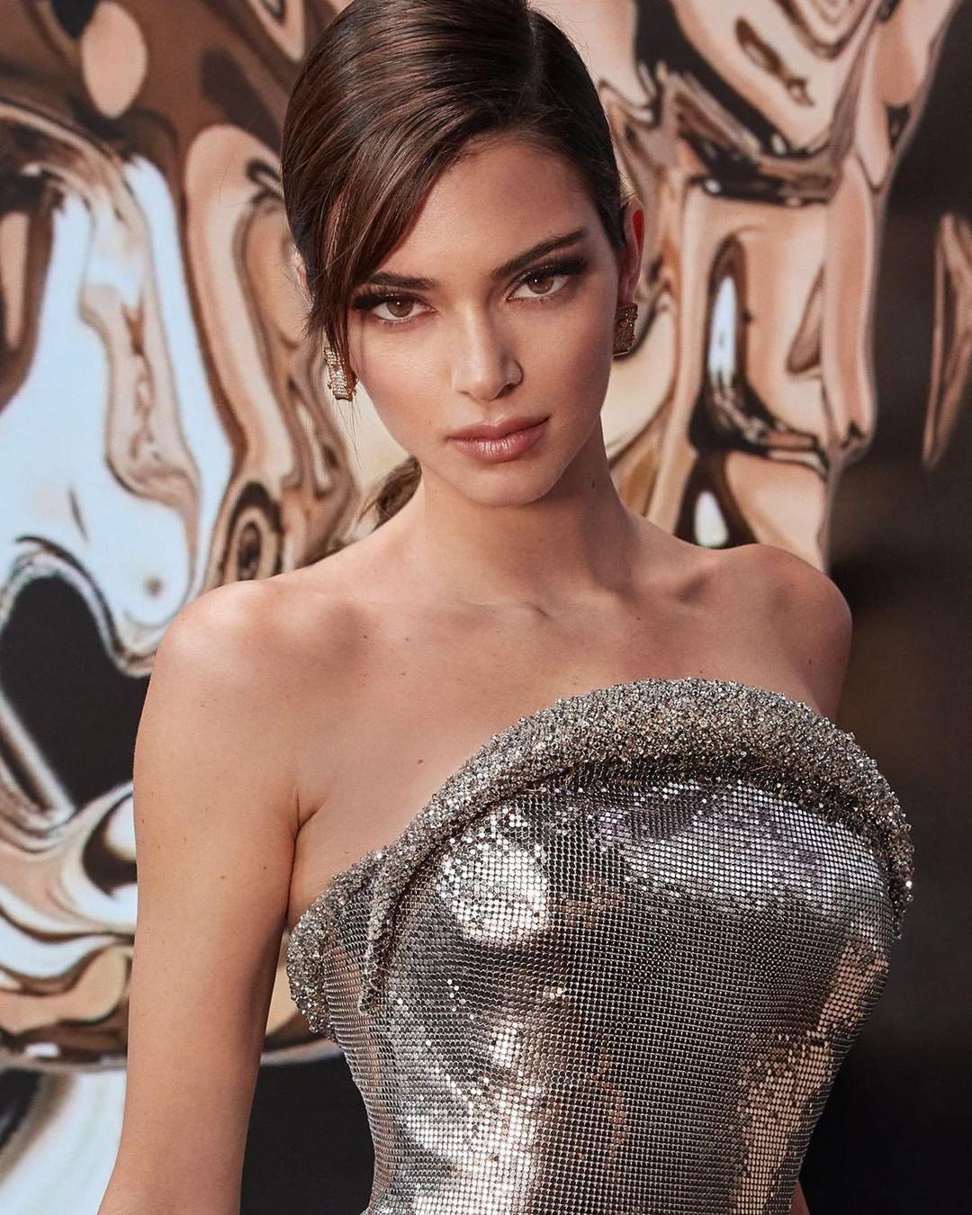 Самая высокооплачиваемая модель позировала в бикини для украинской фотохудожницы