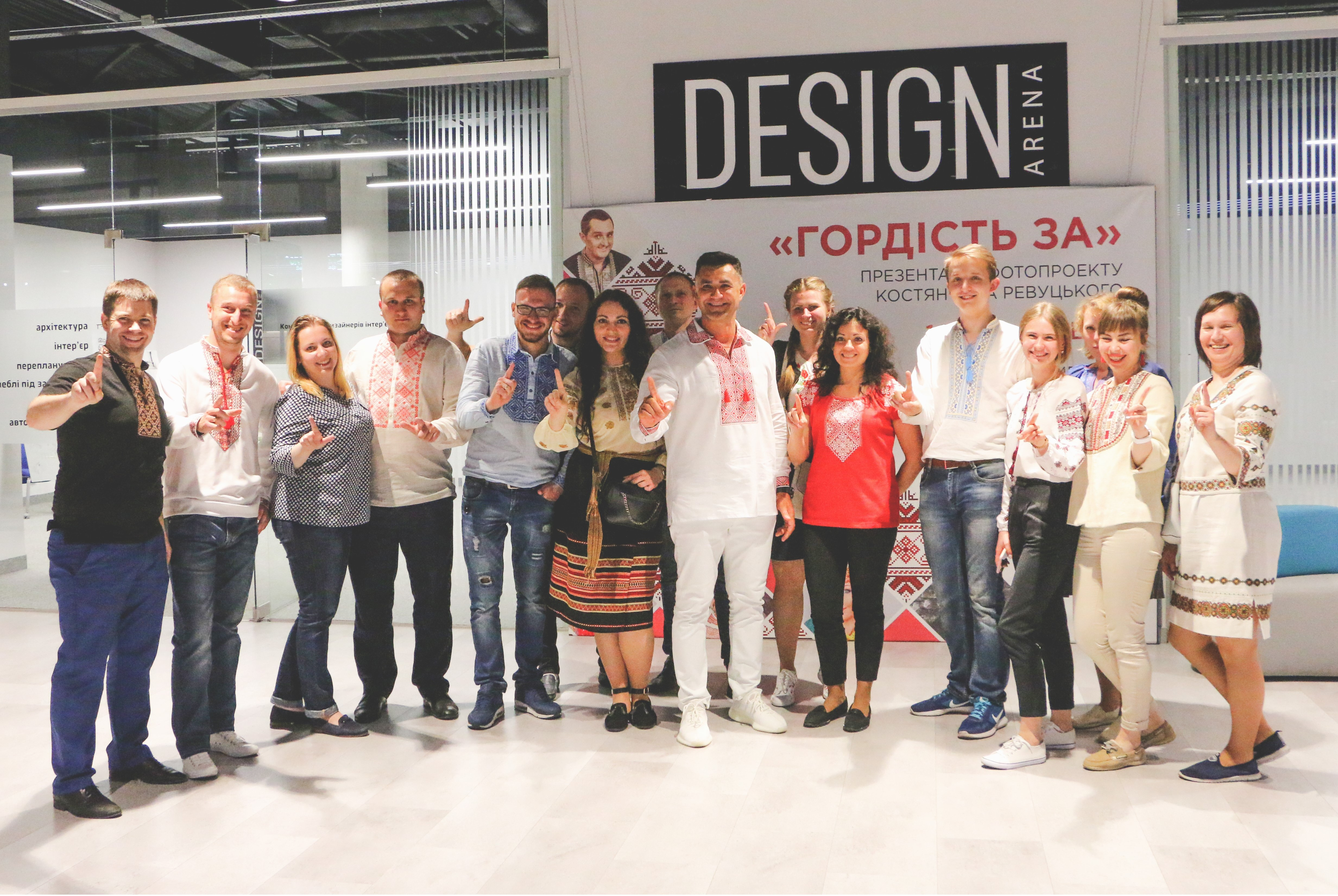 В Киеве презентовали яркую фотовыставку - украинские звезды в вышиванках