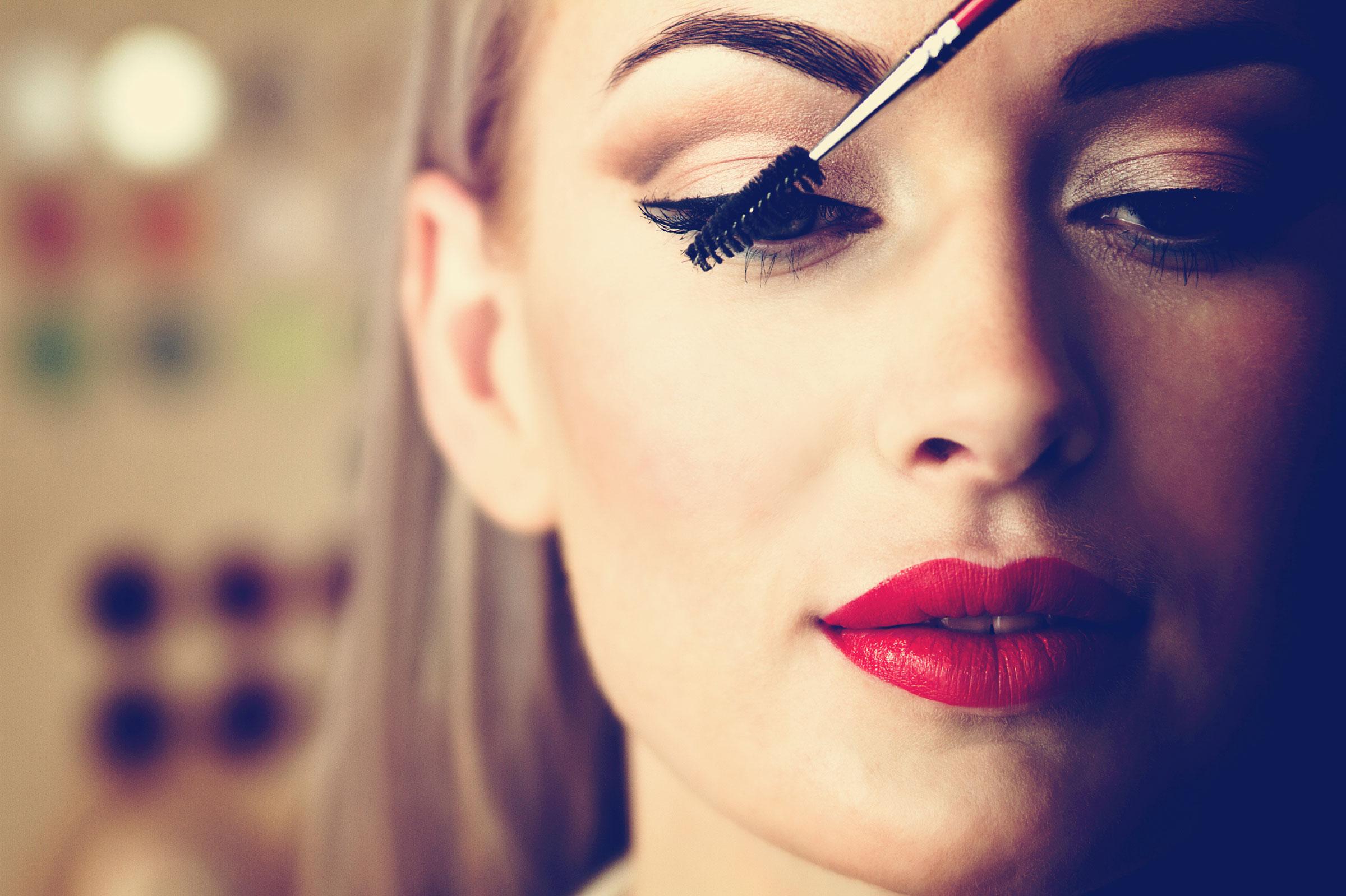 Макияж с красным карандашом для глаз