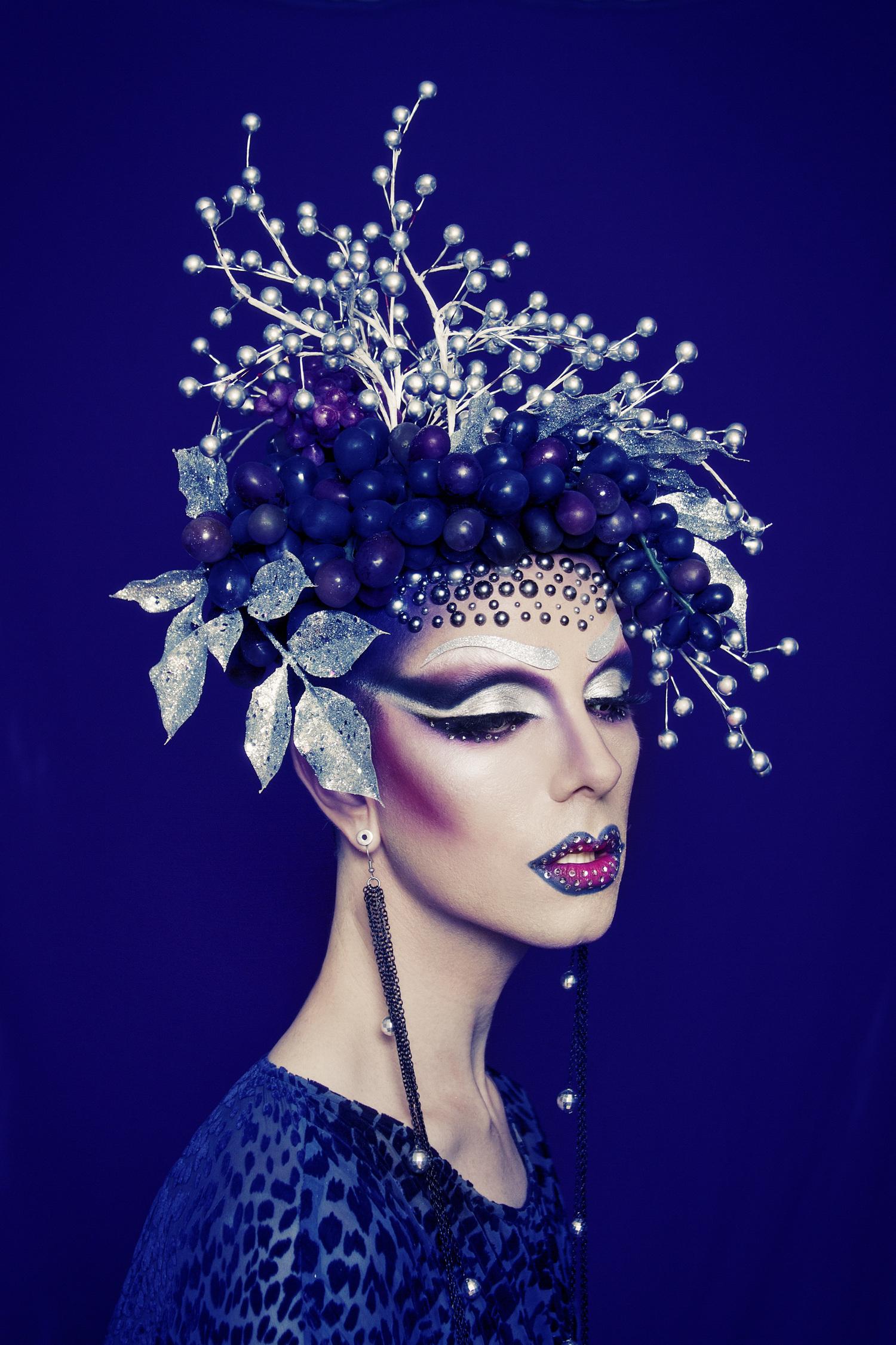 С помощью косметики фотограф создает невероятные вещи