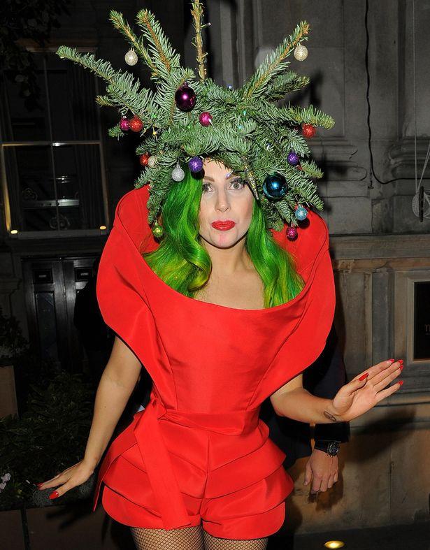 Певица Lady Gaga решила не мелочиться и надеть настоящую елку вместо шляпки