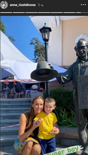 Ризатдинова сходила с сыном в кукольный театр