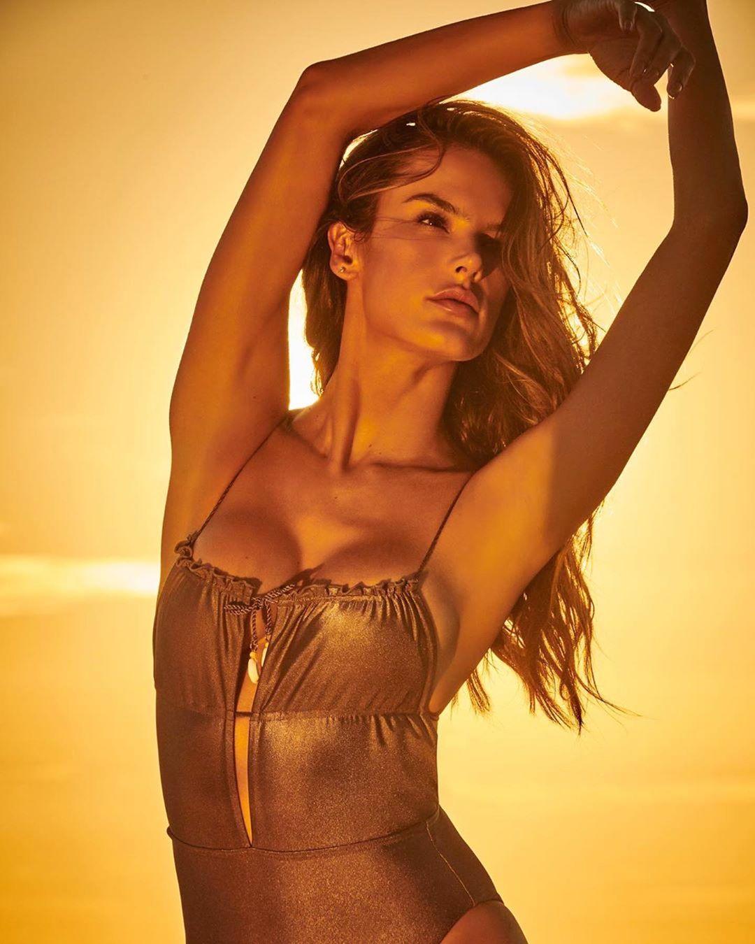 Супермодель Алессандра Амбросио выставила соблазнительные фото в купальнике