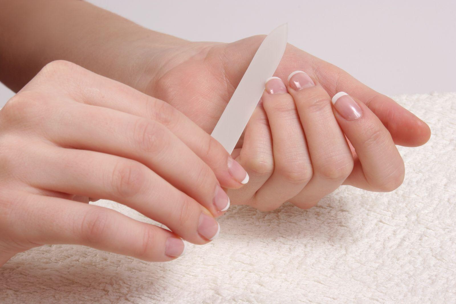 Неправильные инструменты и техника спиливания могут привести к слоящимся ногтям