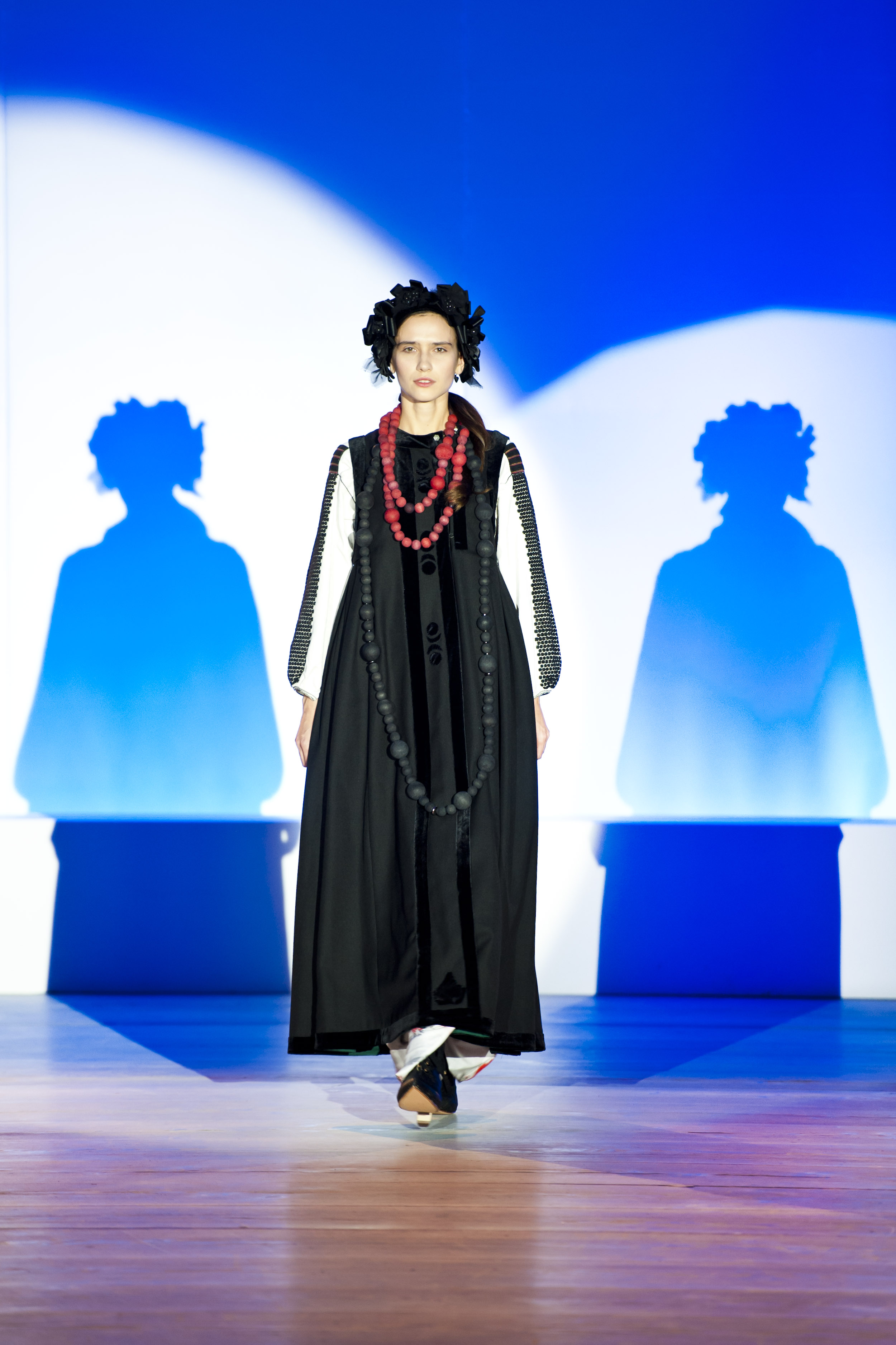 Показ закрывал выход модели в стилизованном национальном наряде, созданном Зинаидой Лихачевой