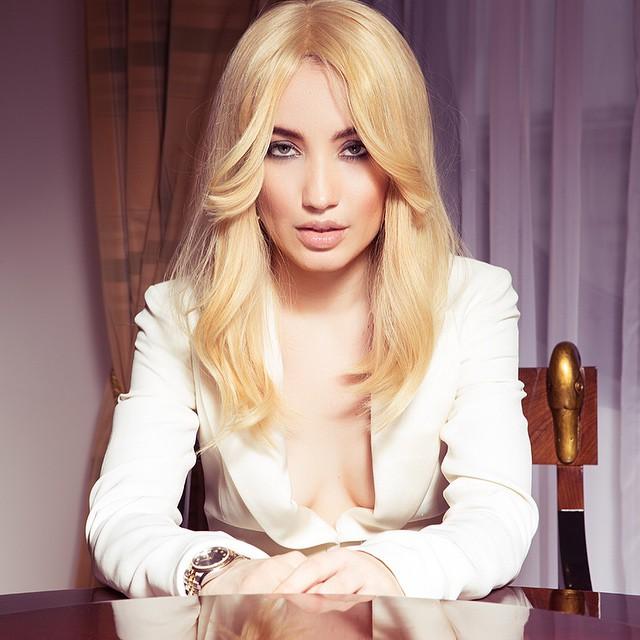 Беременная Виктория Дайнеко примеряла образ блондинки