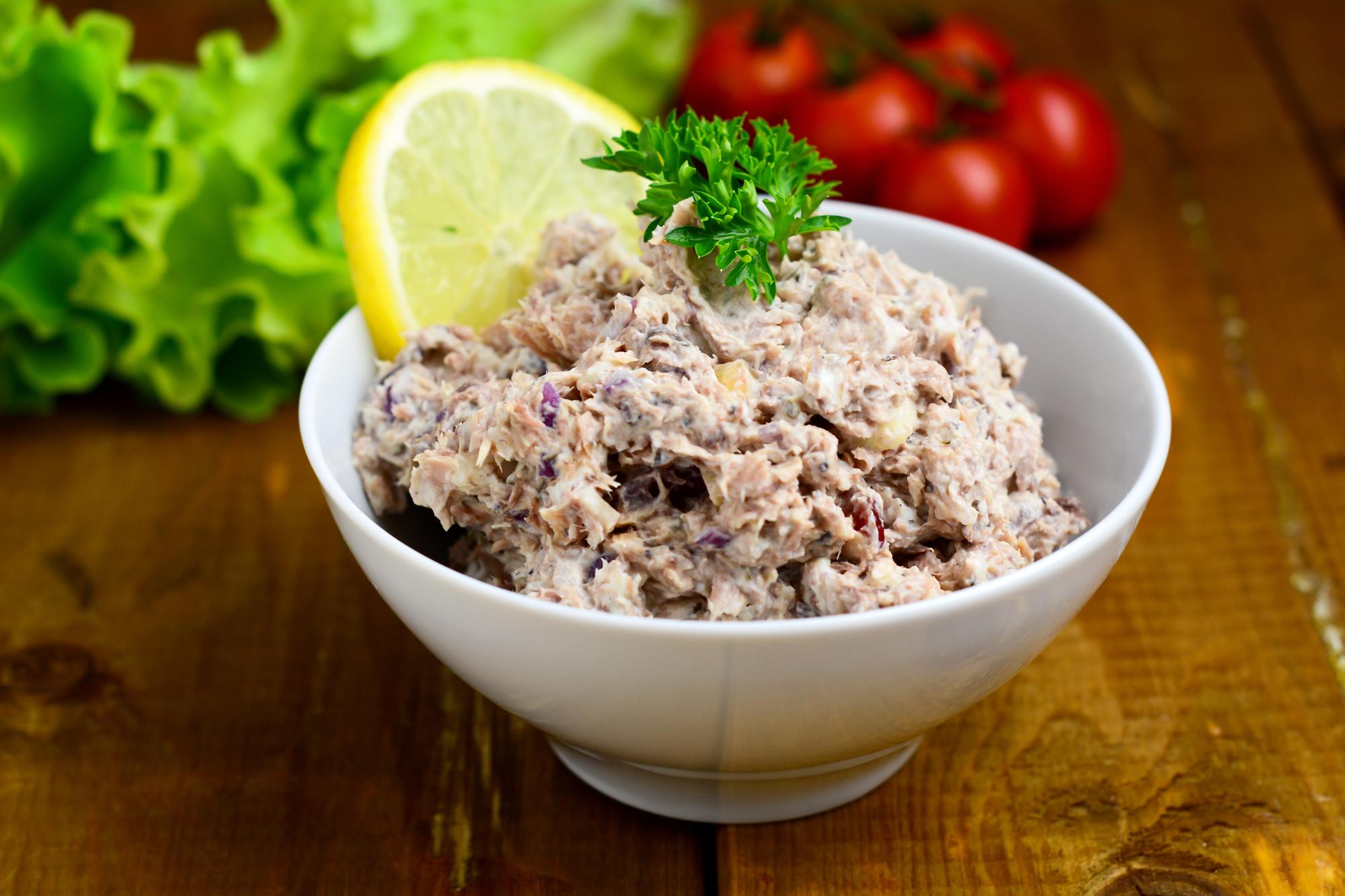 Салат с рыбной консервой: рецепт быстрой закуски