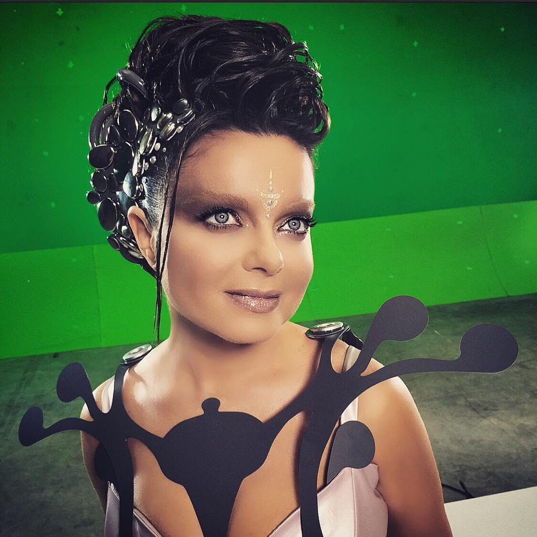 Королева в образе инопланетянки