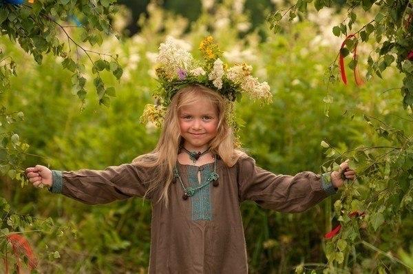 Как сплести девочке венок из живых цветов на Ивана Купала