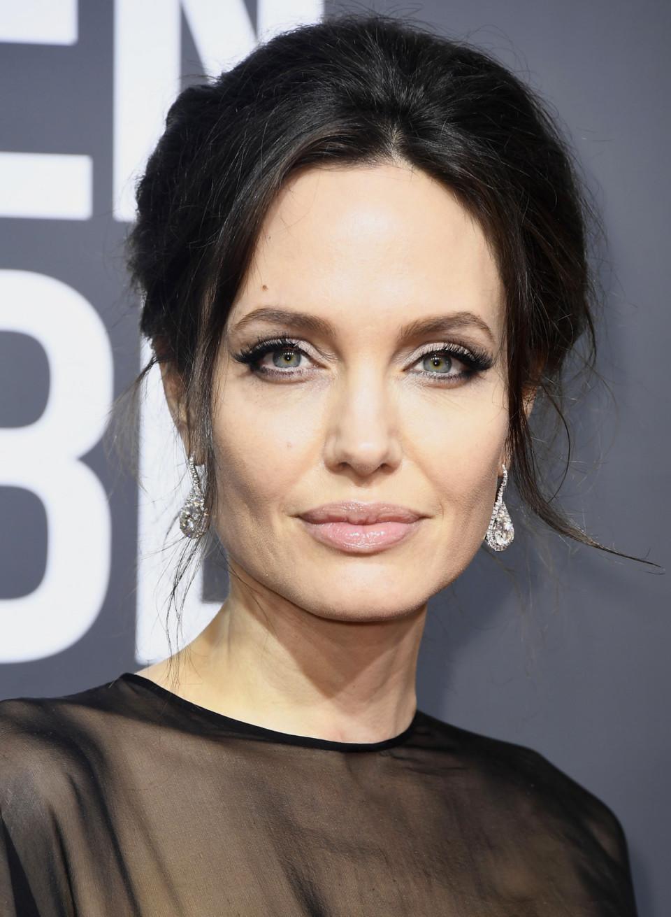 Анджелина Джоли - родинка над бровью
