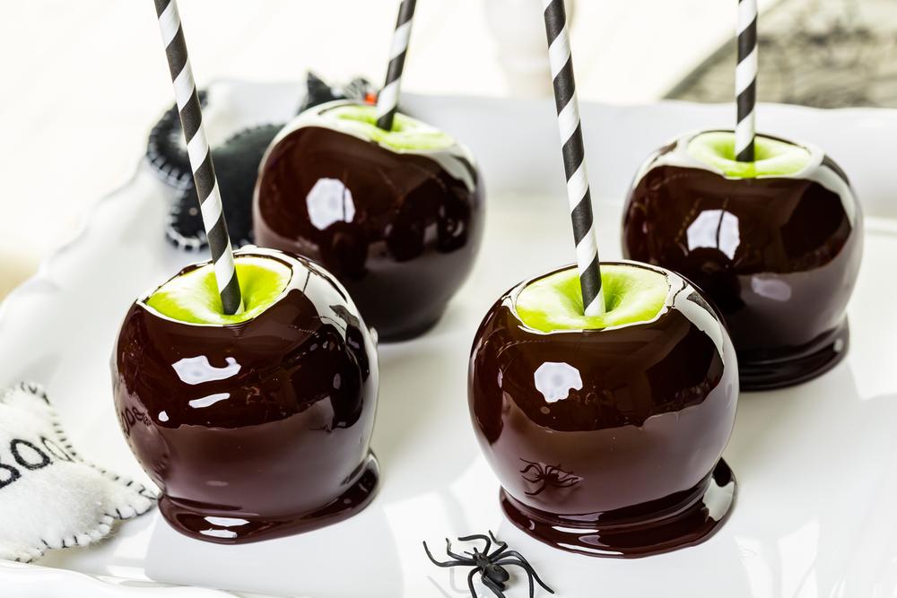 Хэллоуинские сладости: яблоки в черной карамели