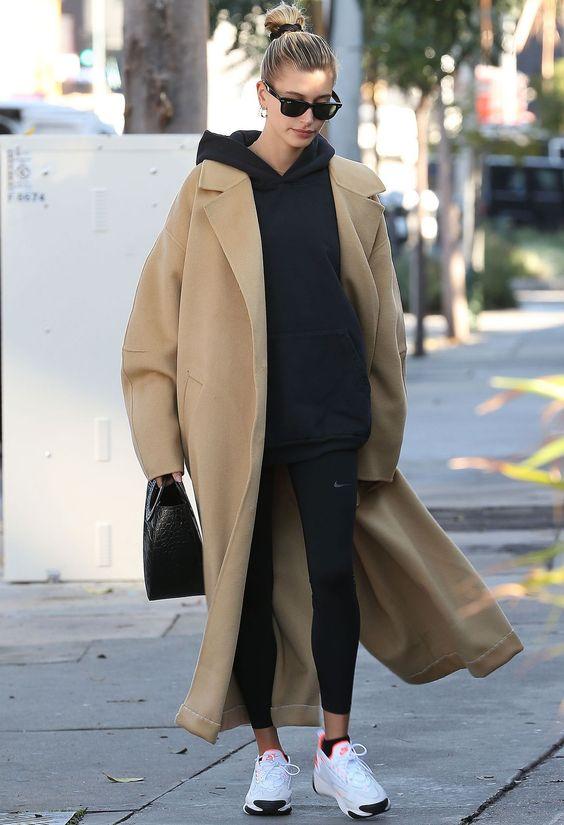 Хейли Бибер в спортивном костюме и пальто
