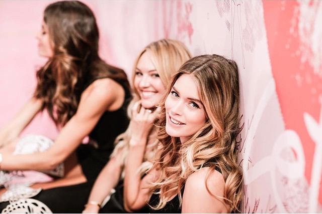 Ангелочки Victoria's Secret Бехати Принслоу, Кэндинс Свейнпул и Даутсен Крез пред выходом на подиум