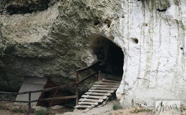 Руины древнего пещерного монастыря сохранились по сей день