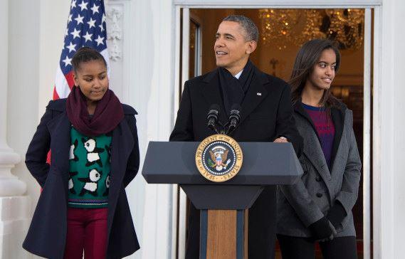 Президент США Барак Обама с дочерьми Сашей и Маликой на церемонии, посвященной Дню благодарения