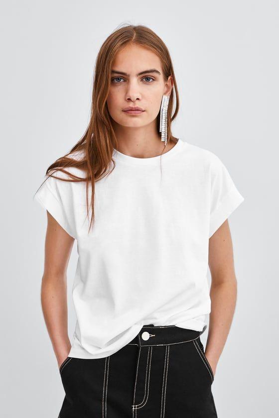 Белая футболка - элемент базового гардероба женщины