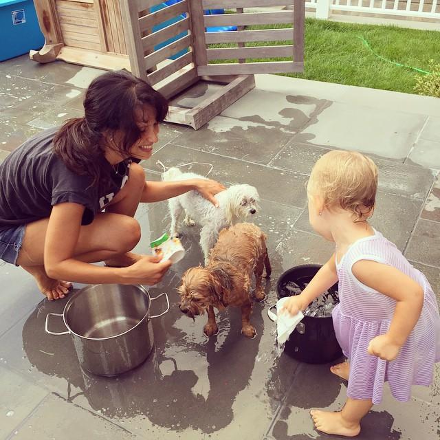 Хилари Болдуин вместе с дочкой устроили банный день для домашних питомцев