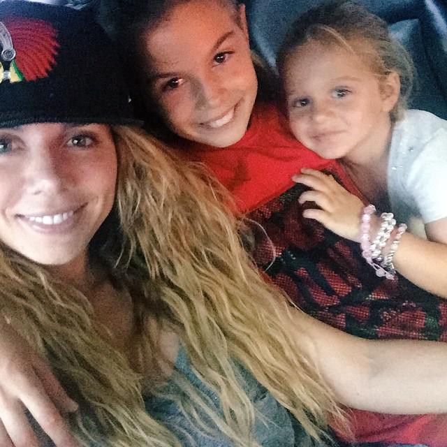 Анна Седокова с дочками – Алиной и Моникой (справа)