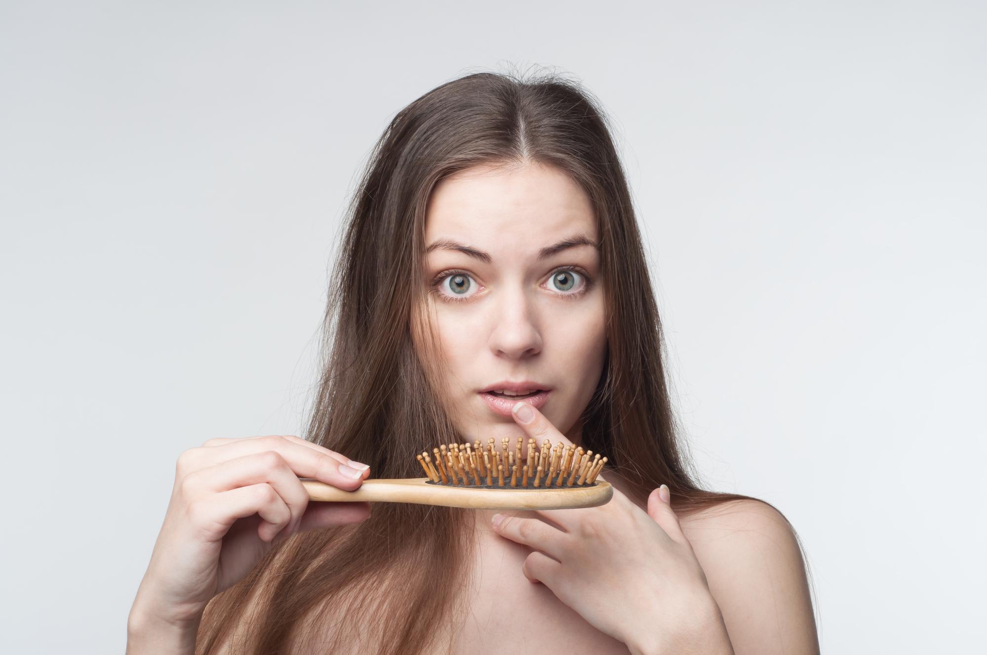 Трихолог развеяла популярные мифы о выпадении волос