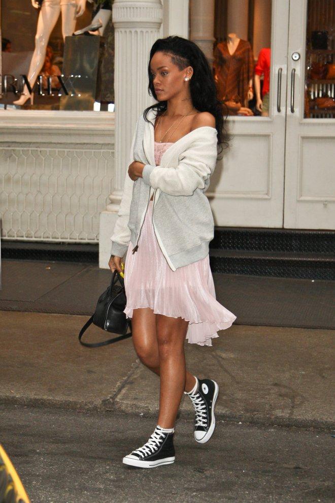 Певица Рианна шокировала общественность своим образом в кедах и легком платье