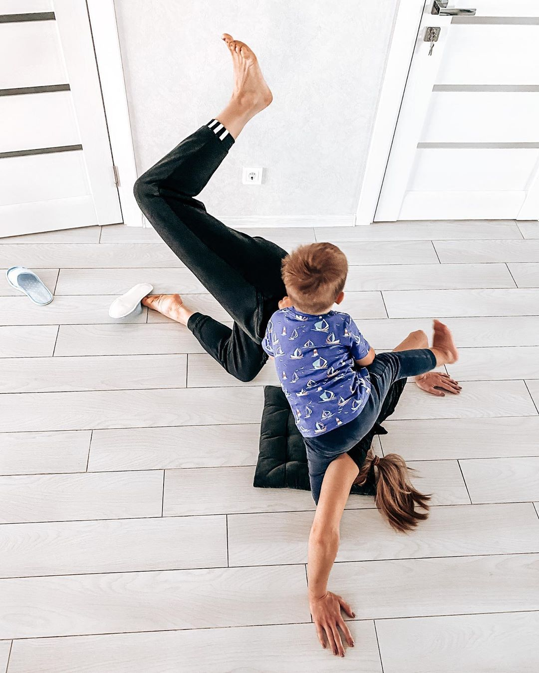 Алена Шоптенко показала, как сын учит ее стоять на голове
