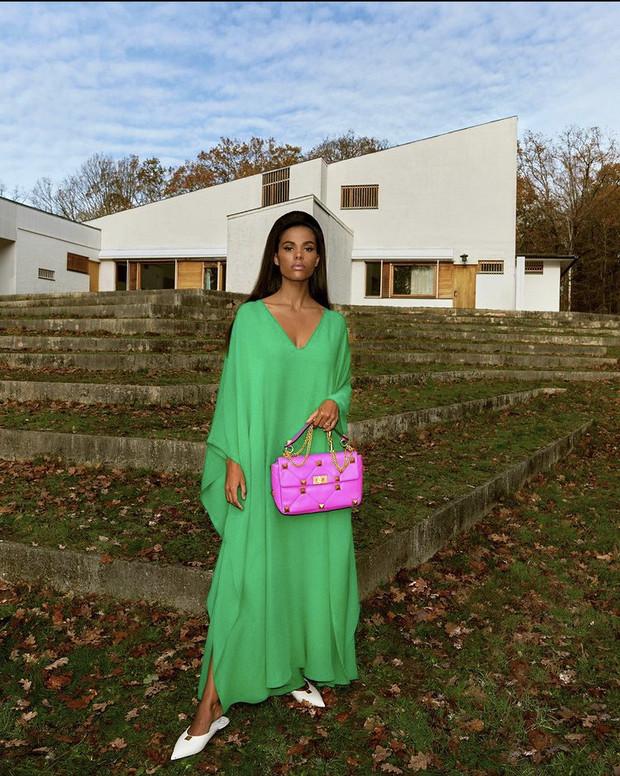 Тина Кунаки в изумрудном платье Valentino