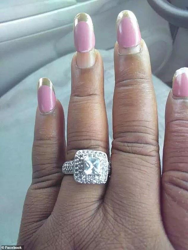 Огромное кольцо и странный маникюр - героиней публикаций СМИ стала неизвестная невеста