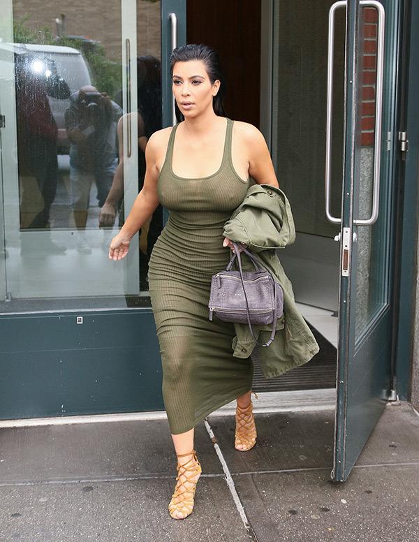 Телезвезда Ким Кардашян пока может позволить себе облегающие наряды и каблук