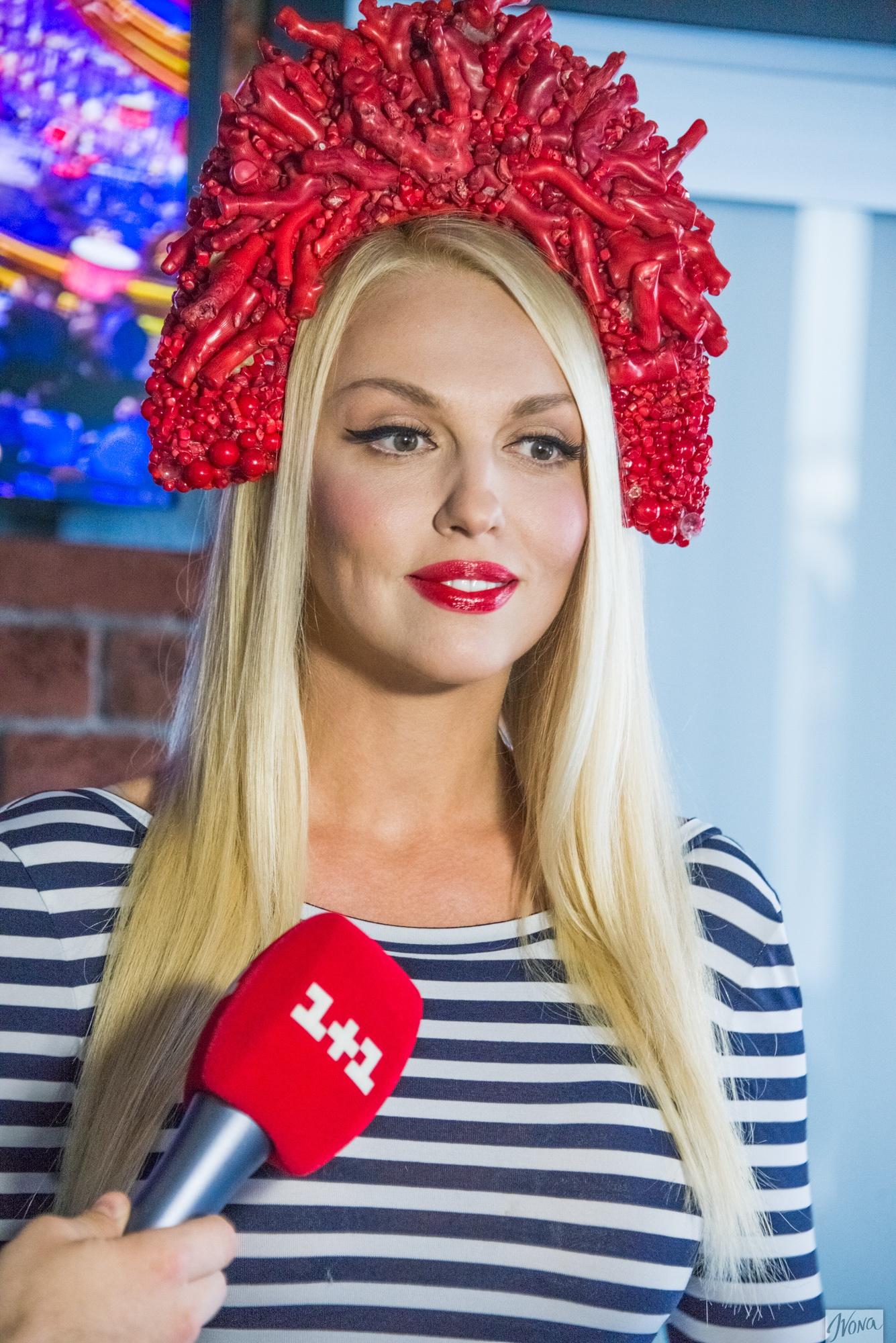 Оля Полякова похвасталась новым кокошником из
