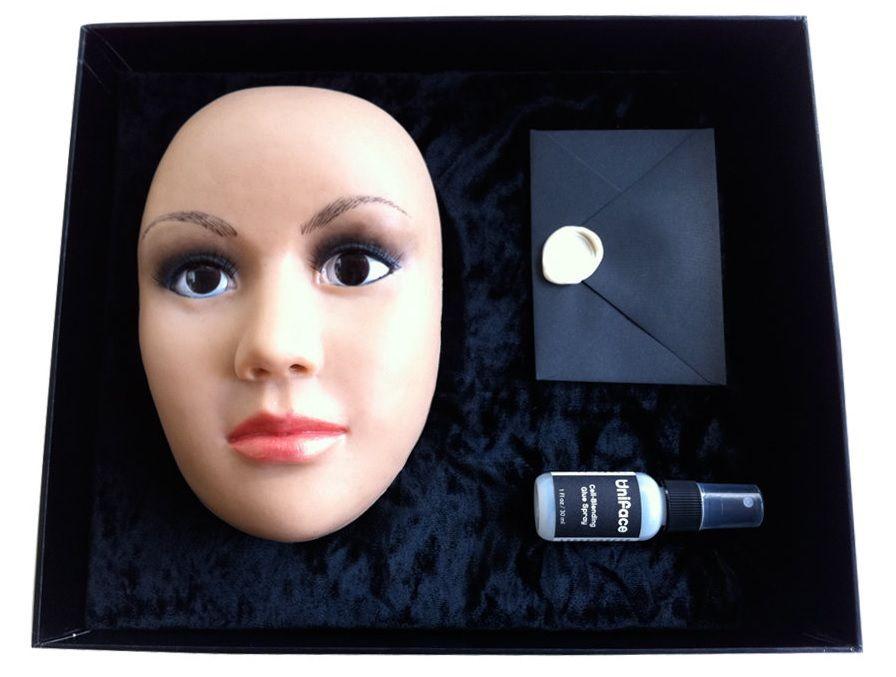 В комплект входит маска, клей и инструкция