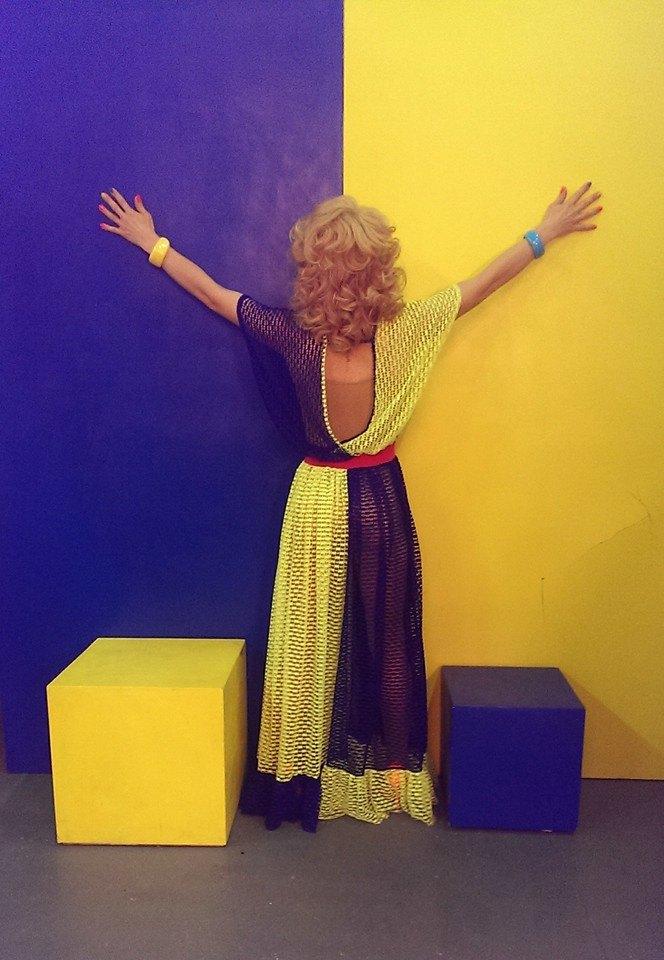 Травести-дива Монро в национальных цветах
