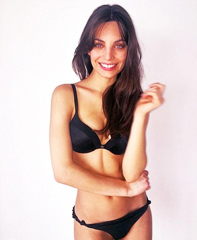 Девушка, которую папарацци спутали с Джоли, начала карьеру модели
