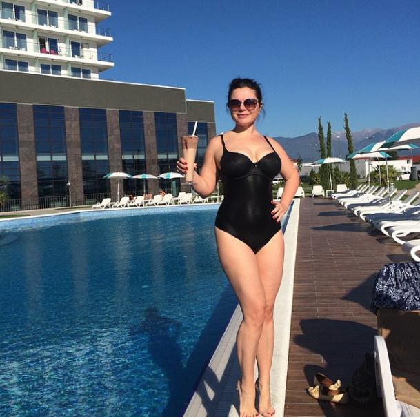 Певица Наташа Королева выбрала черный купальник