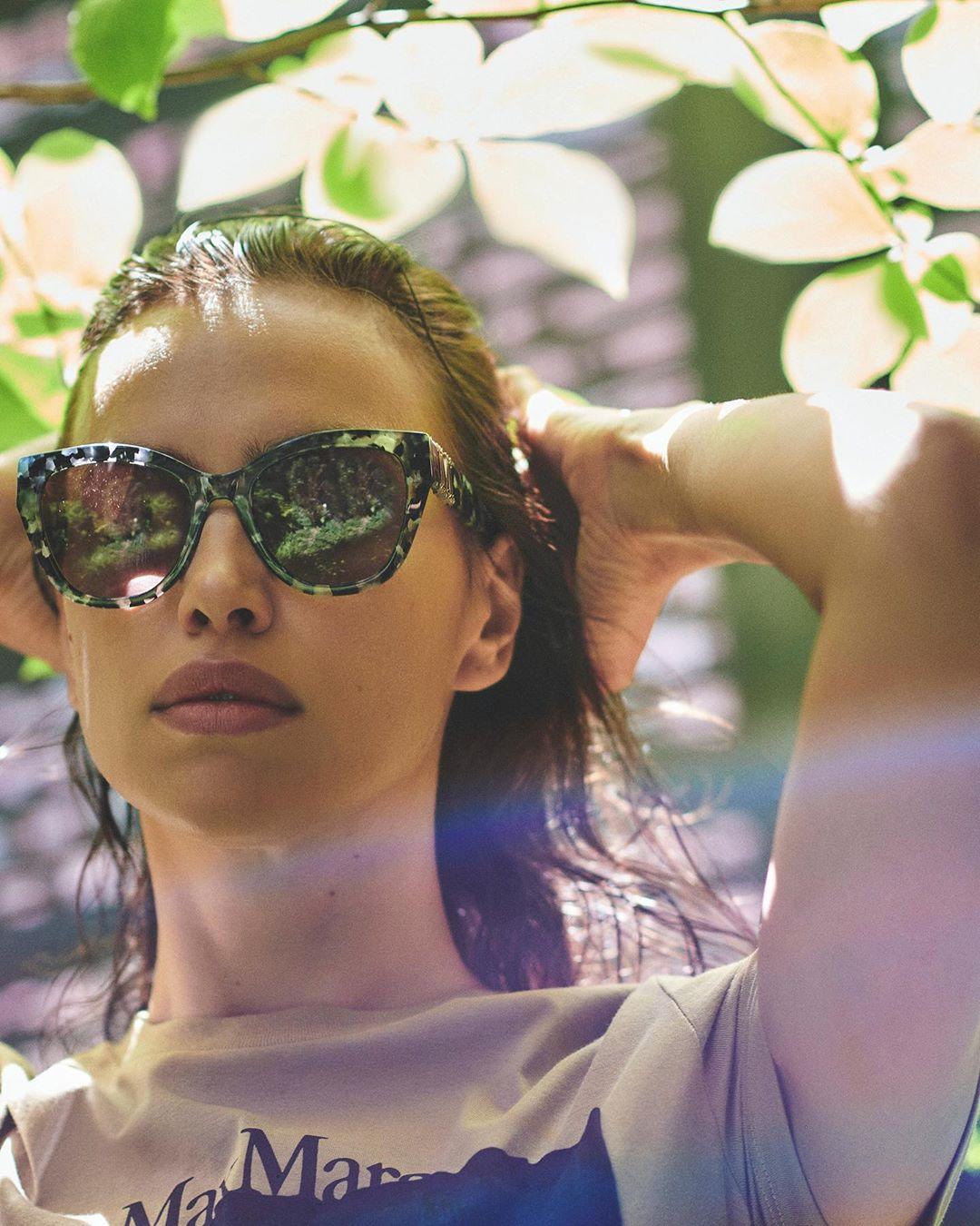 Ничего не утаила: Ирина Шейк засветила прелести в прозрачном белье