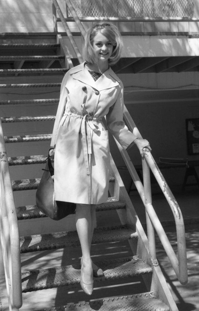 Актриса Голди Хоун в стильном тренче