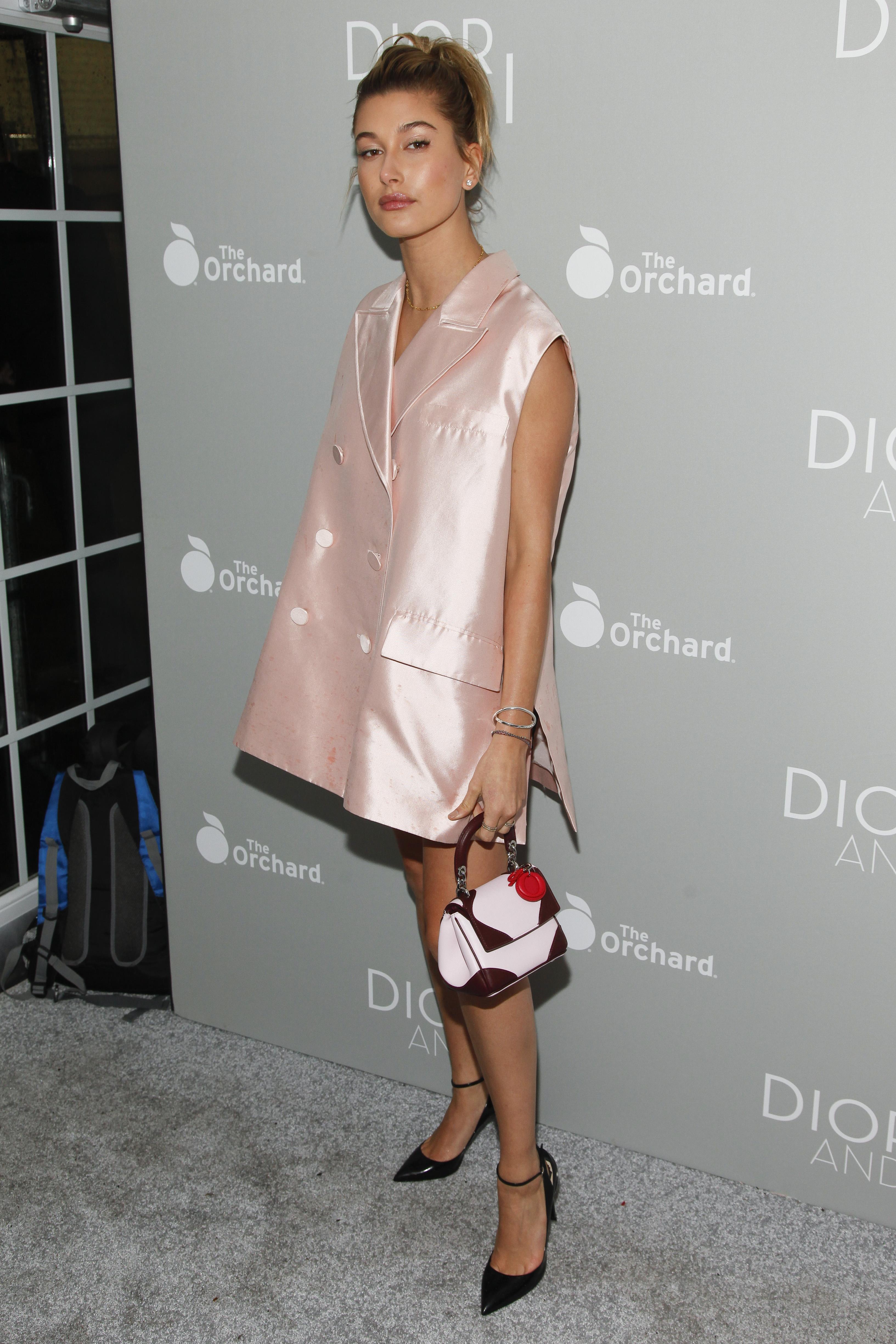 Модный конфуз: 18-летняя дочь Болдуина в коротком платье
