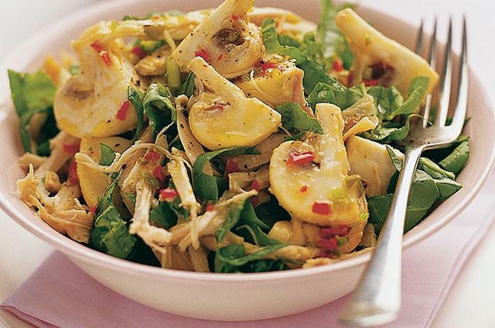 Рецепты салатов с грибами шампиньонами и курицей очень популярны в домашней кулинарии.