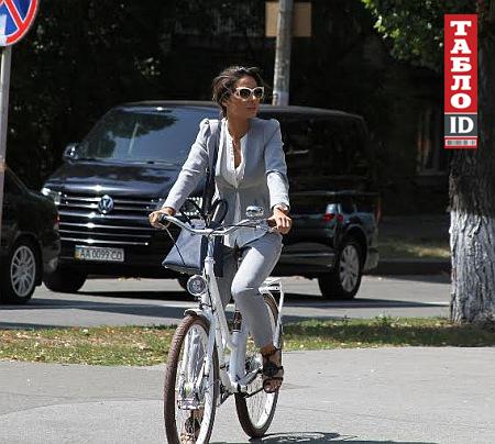 Злата Огневич на велосипеде