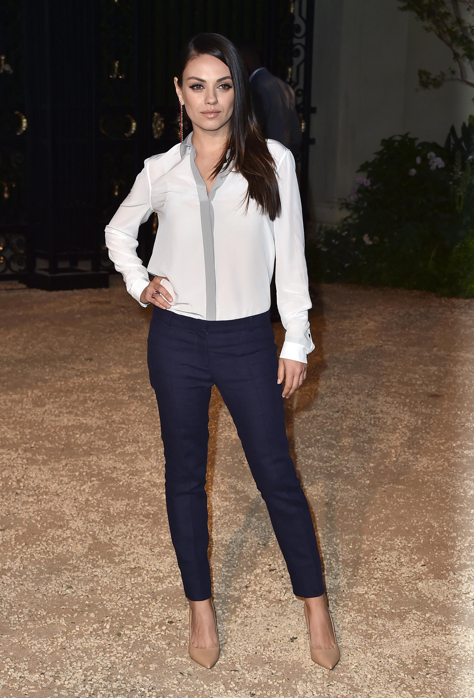 Мила Кунис покрасовалась в узких джинсах