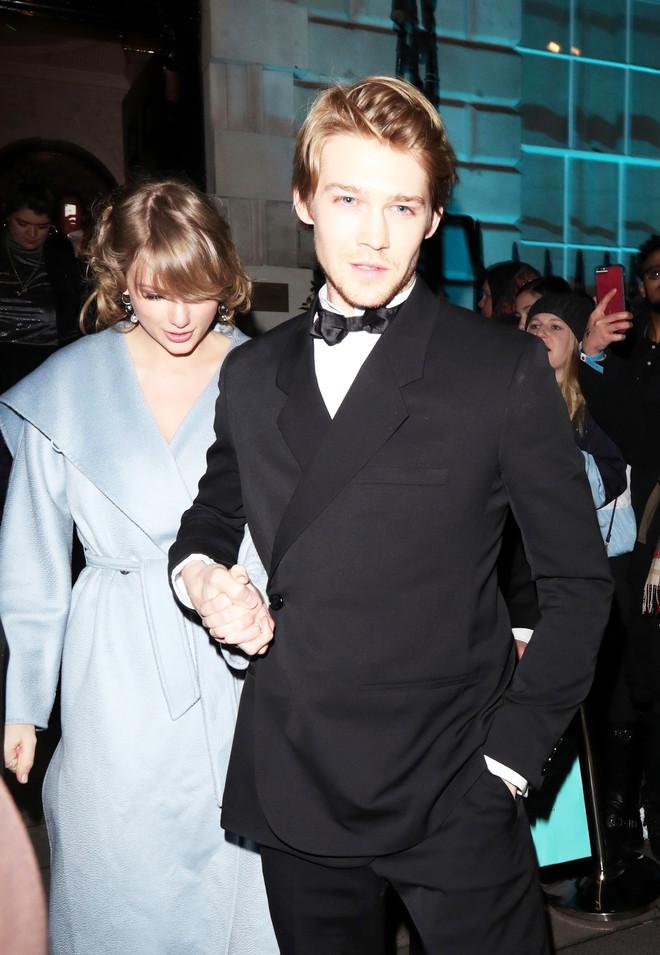 Одно из редких фото Тейлор со своим любимым - актером Джо Элвином