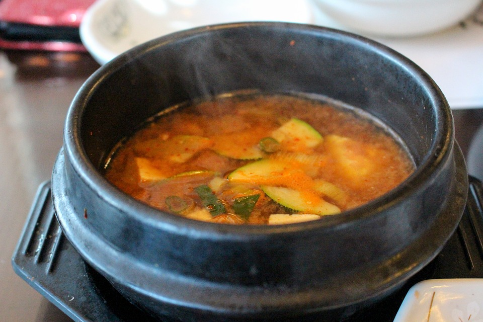 Мисо-суп из сои, которая содержит изофлавоны, снижающие уровень холестерина, сражающиеся с высоким давлением и предлагающие нам более 12% чистого белка